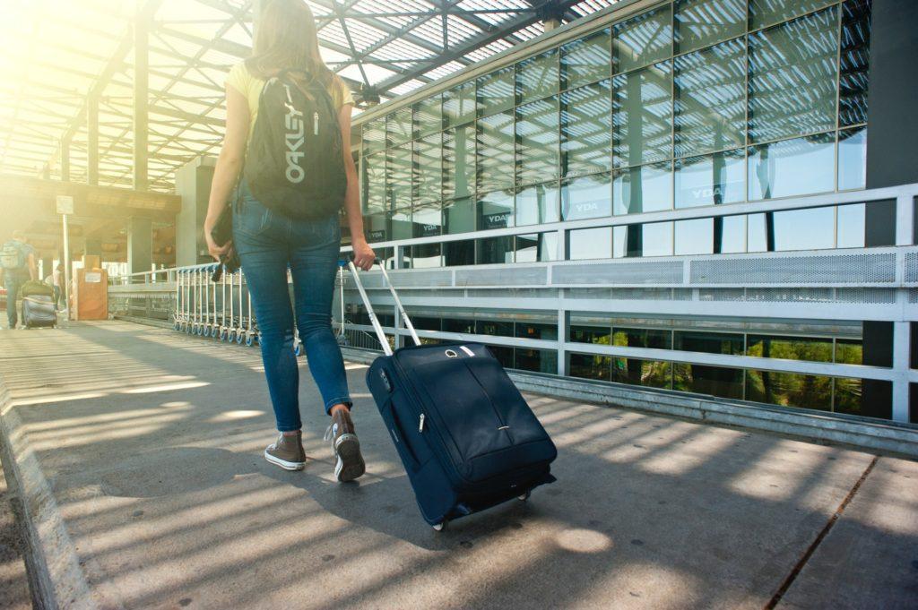 Hacer la maleta para ir de viaje en avion