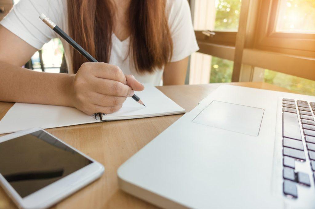 Chica estudiando en un escritorio limpio