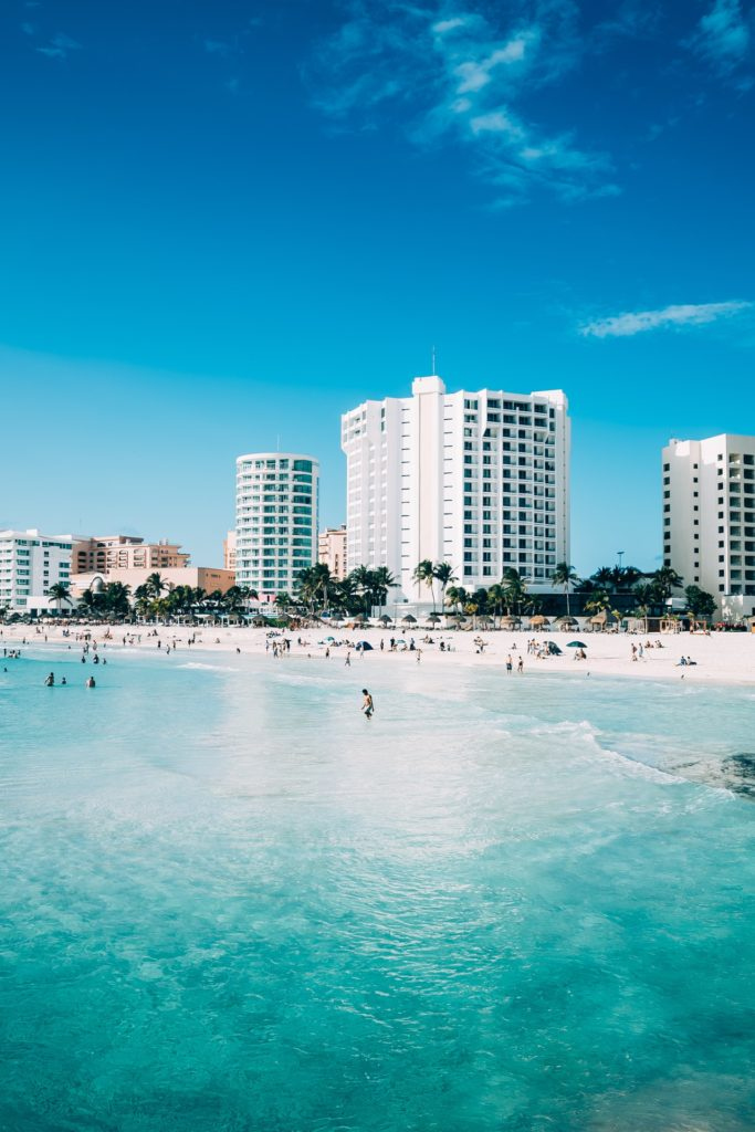 Edificio apartamentos en una playa