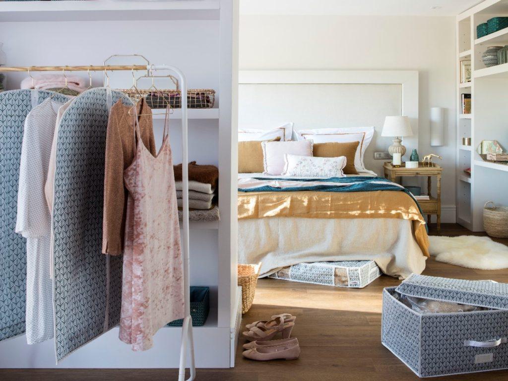 Sacar toda la ropa que tenemos y escogerla antes de hacer el cambio de armario.