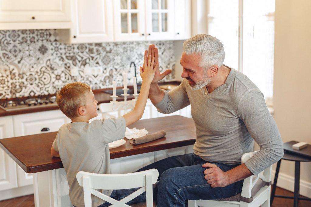 almacenamiento ecológico en el hogar padre e hijo