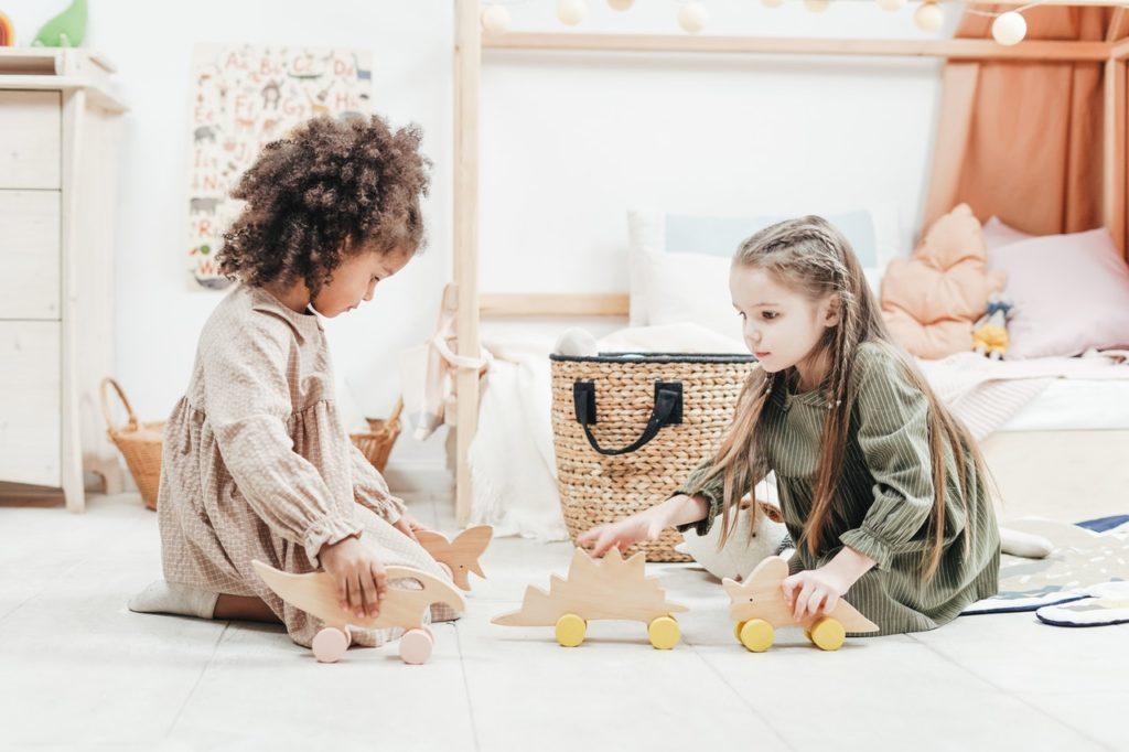 Orden en la habitación de los niños, niñas jugando