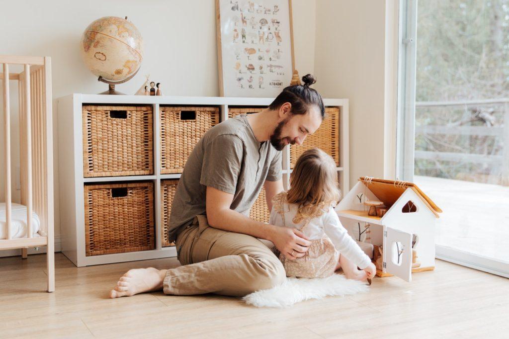 Orden en la habitación de los niños, padre jugando con hija
