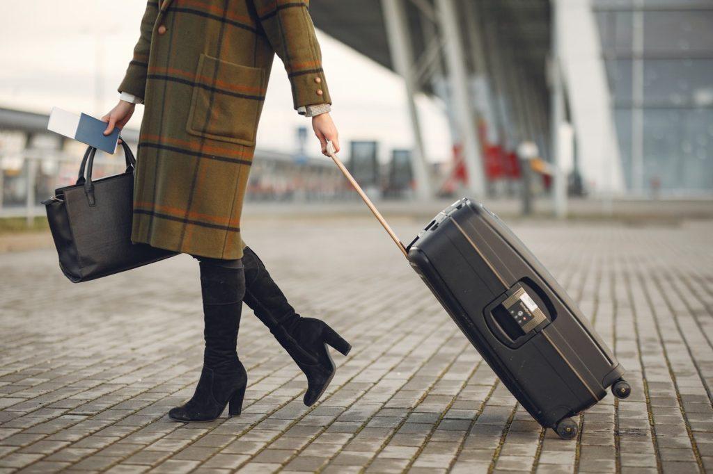 Piensa a largo plazo mujer viajando con maleta