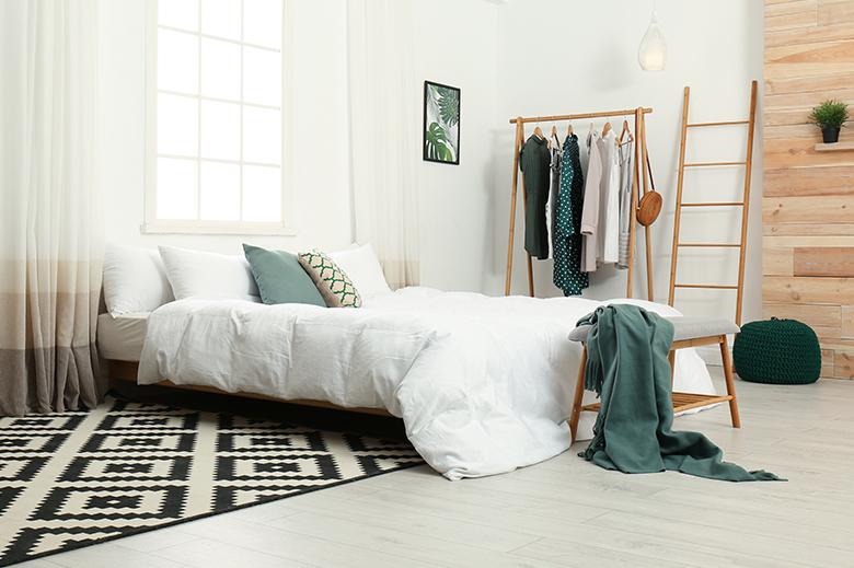 habitación con ropa