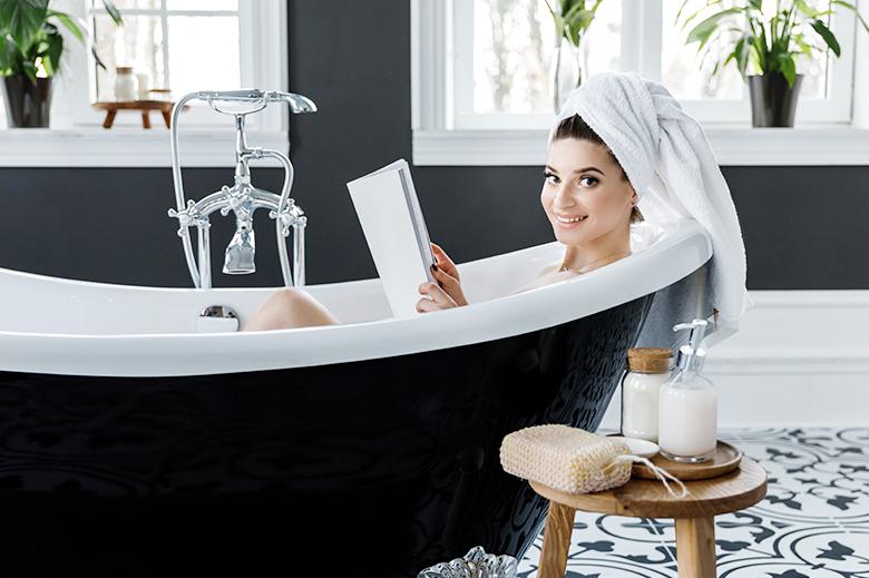 mujer lectura baño